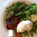 Oběd v Mikri Poli - fazolky, lilky, salát