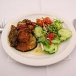 Večeře v Mikri Poli - lilky, hrášek a okurka
